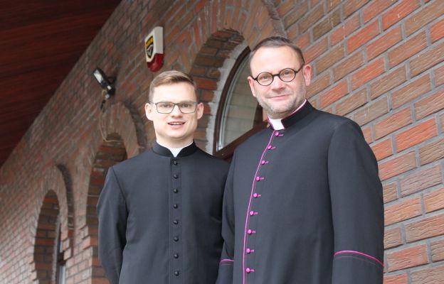 Duszpasterze par. Św. Brata Alberta w Świebodzicach. Ks. kan. Daniel Szymanik i ks. Wojciech Oleksy.