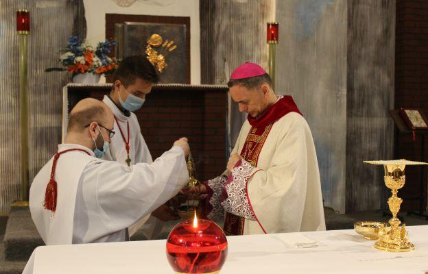 Asystę przygotowała Służba Liturgiczna miejscowej parafii. Kacper Buczek i Marcin Oślizło podają biskupowi trybularz z kadzidłem.