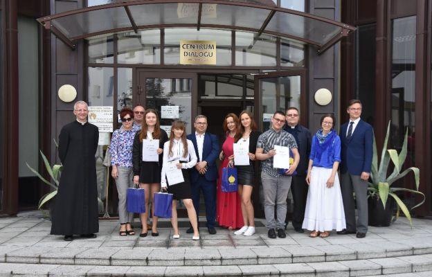 Finaliści konkursu z nauczycielami i koordynatorami projektu