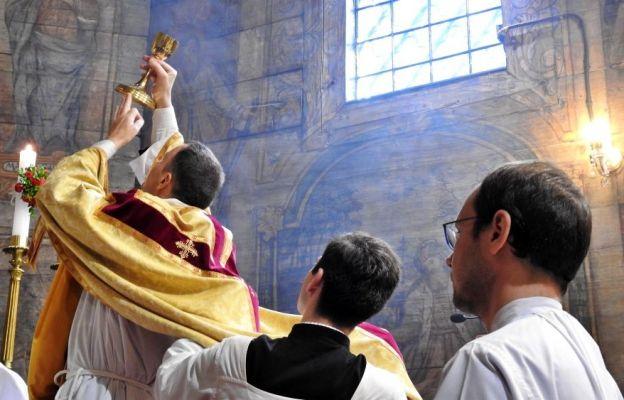 Msza św. w nadzwyczajnej formie rytu rzymskiego sprawowana 20 czerwca w kościele św. Barbary w Mikuszowicach Krakowskich.