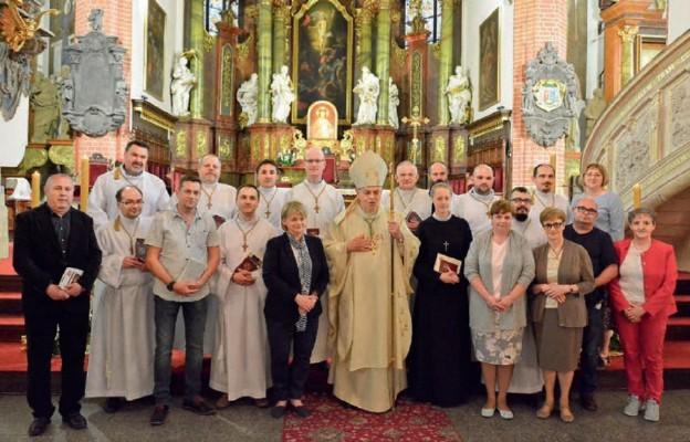 Wspólne zdjęcie szafarzy i absolwentów szkoły liturgicznej z biskupem legnickim