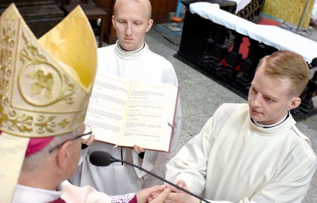 Grzegorz Wołoch ślubuje cześć i posłuszeństwo biskupowi i jego następcom