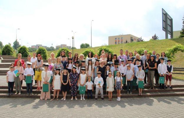 Dzieci wraz z rodzicami i nauczycielami