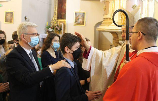 Syn Ireneusza Zyski Sekretarza Stanu w Ministerstwie Klimatu, przyjmuje sakrament bierzmowania.