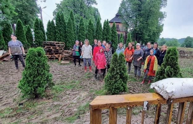 Wśród pomagających w porządkowaniu terenu wokół zabytkowego kościoła była m.in. Drużyna Harcerska im. ks. Jana Leona Ziółkowskiego