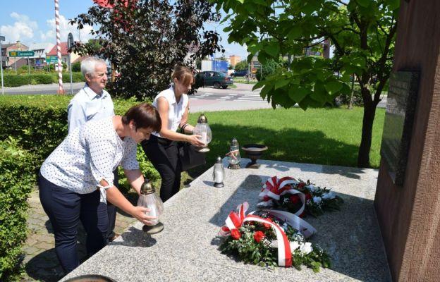 Złożenie kwiatów przy pomniku w Tarnogrodzie