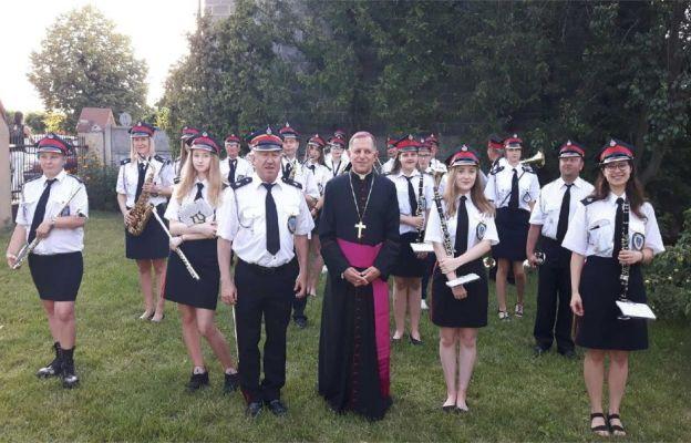 Abp M. Mokrzycki przekazał relikwie św. Jana Pawła II parafii w Ruścu