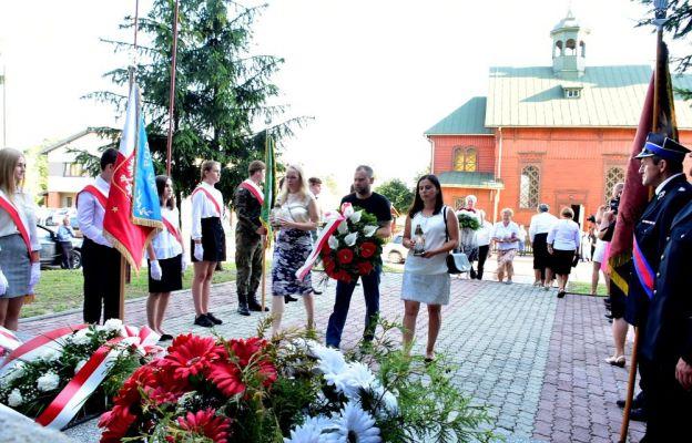 Złożenie kwiatów przy pomniku ofiar pacyfikacji Majdanu Starego