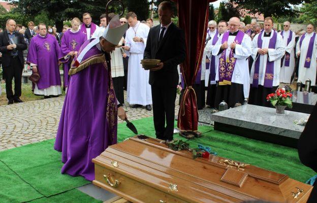 Obrzęd ostatniego pożegnania poprowadził bp Adama Bałabuch.