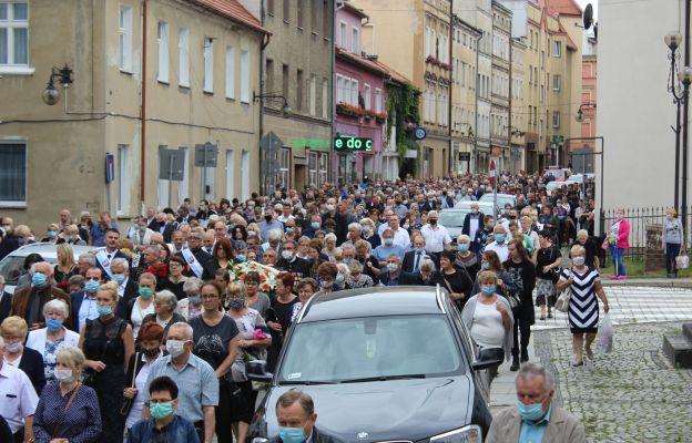 Tłumy wiernych szły w kondukcie żałobnym