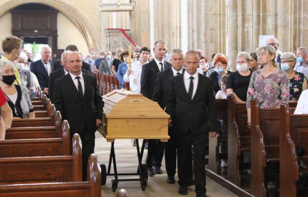 Wprowadzenia ciała ks. Marka Żmudy do strzegomskiej bazyliki