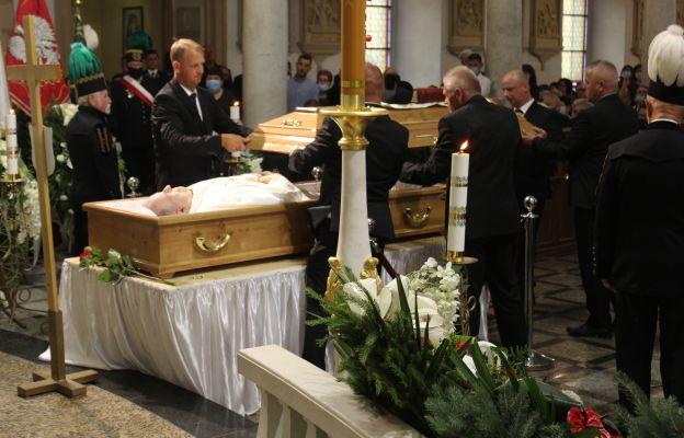 Zamknięcie trumny zmarłego kapłana.