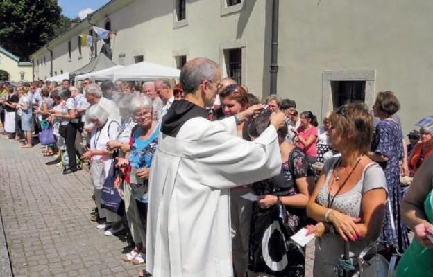 Szkaplerz w sanktuarium w Czernej można przyjąć codziennie, ale warto zrobić to 16 lipca, w święto Matki Bożej Szkaplerznej