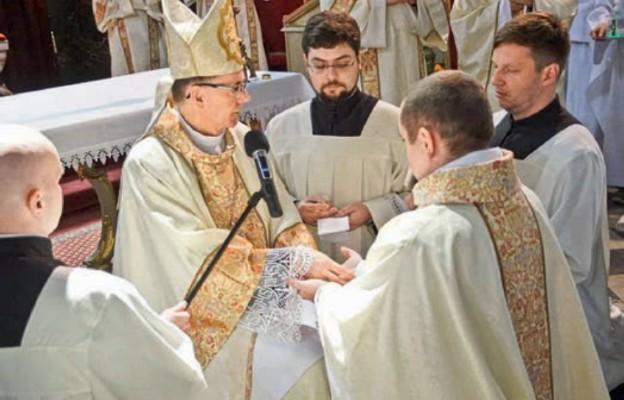 Bp Bałabuch namaszcza dłonie kapłana olejem krzyżma
