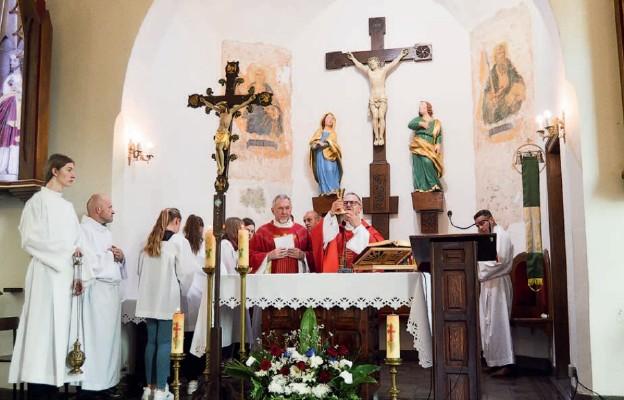 Mszę św. odpustową celebrowali dziekan ks. Wacław Nowak i proboszcz ks. Adam Staśkowiak