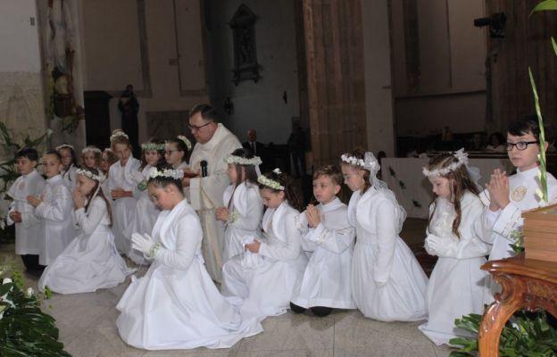Wspólna modlitwa proboszcza i dzieci komunijnych przed figurą Matki Bożej Strzegomskiej, znajdującą się w ołtarzu głównym świątyni.