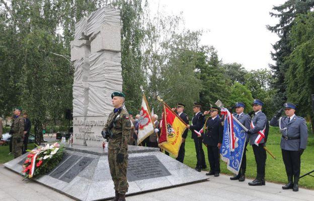 Przed Pomnikiem Mauzoleum przy bulwarze Xawerego Dunikowskiego