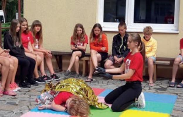 Wolontariusze pokazali dzieciom, jak udzielić pierwszej pomocy