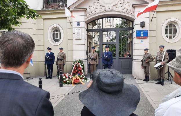 Miejsce uroczystość przed budykiem, gdzie w czasie wojny Jan karski prowadził swą konspiracyjną działalność.
