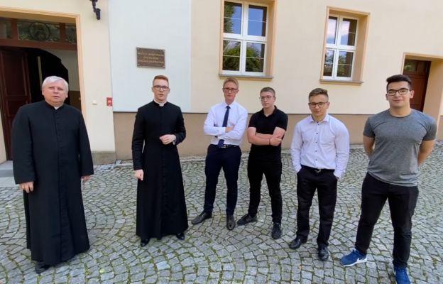Klerycy świdnickiego seminarium z ks. rektorem Tadeuszem Chlipałą