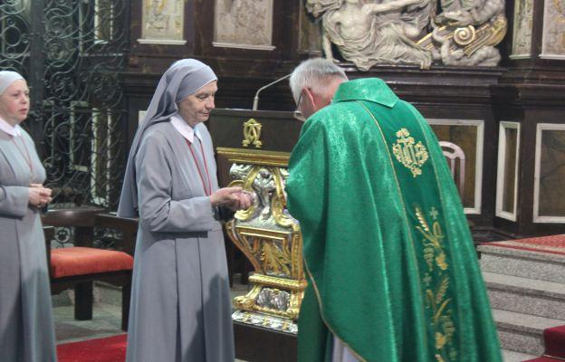 Przekazanie relikwii proboszczowi katedry ks. prał. Piotrowi Śliwce