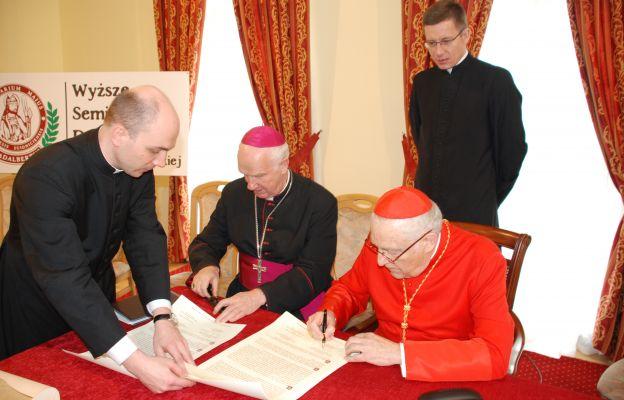 Podpisanie dokumentów związanych z poświeceniem odremontowanego seminarium (2010)