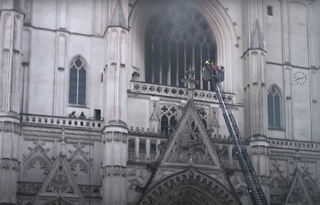 Francja: podejrzany przyznał się do podpalenia katedry w Nantes