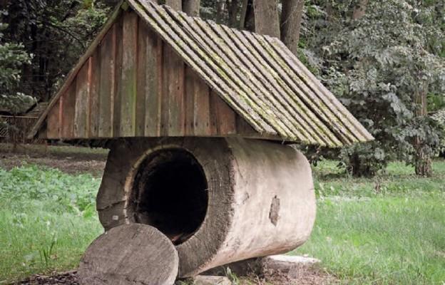 Zabytkowy ul w skansenie w Pszczelej Woli