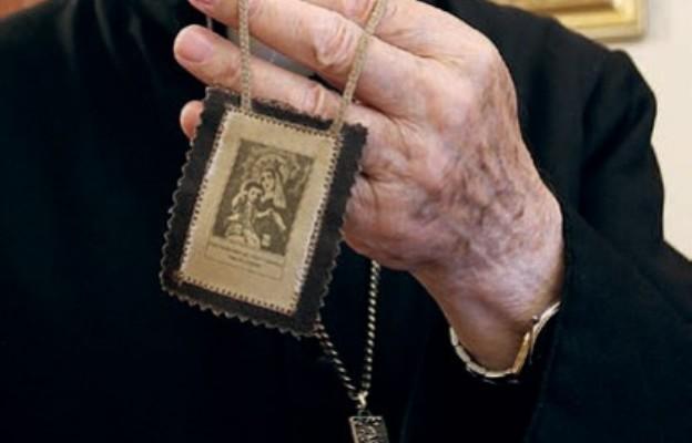 Bp Paweł Socha od kilkunastu lat  nosi szkaplerz karmelitański