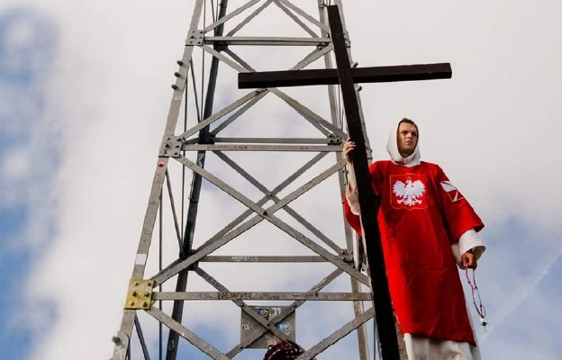 27-latek idący z krzyżem przez całą Polskę dotarł na Giewont!