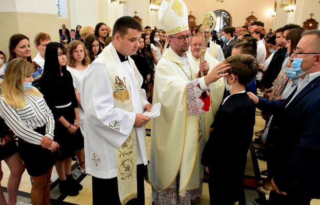 Młodzież z parafii św. Marii Magdaleny przyjęła sakrament bierzmowania z rąk. biskupa Edwarda Kawy, sufragana metropolii lwowskiej