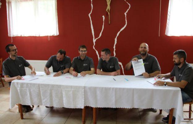 Mężczyźni i ich duchowy opiekun odpisali dokumenty o utworzeniu Katolickiego Stowarzyszenia