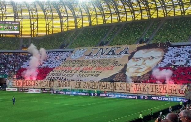 """Oprawa meczowa dotycząca """"Inki"""" na stadionie Lechii Gdańsk"""