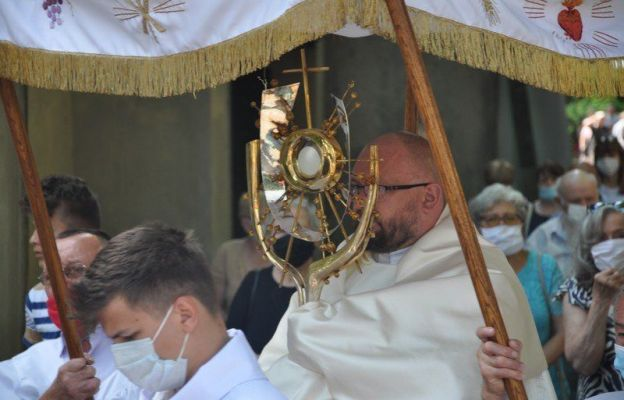 Podczas procesji eucharystycznej wokół olkuskiej bazyliki.