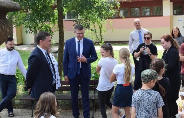Minister Sprawiedliwości odwiedził rodziny wypoczywające w ośrodku Caritas