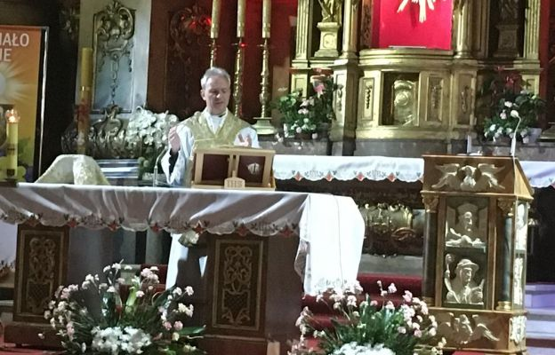 Ks. mgr lic. Arkadiusz Krziżok sprawujący Eucharystię
