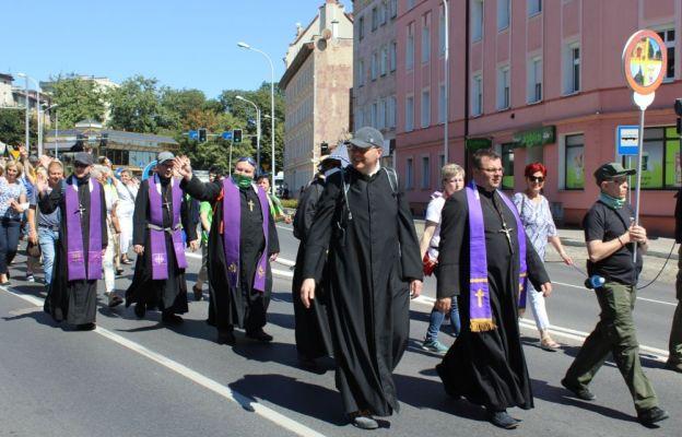 Wyruszającym na szlak kapłanom, w Świdnicy towarzyszyła kilkudziesięcioosobowa grupa wiernych.