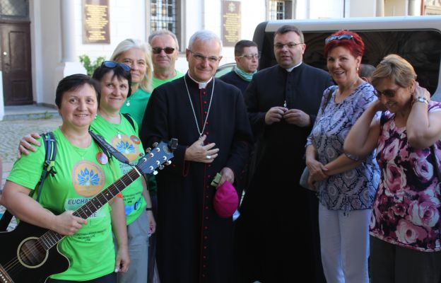 Biskup Marek Mendyk z grupą duchową pielgrzymów z Wałbrzycha i Dzierżoniowa.