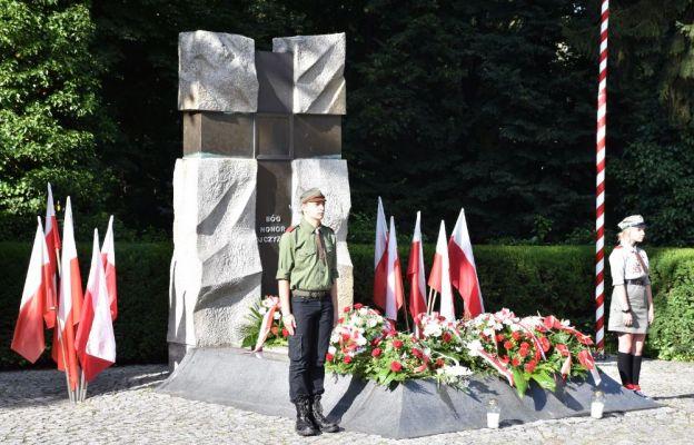 Delegacja Hufca ZHP Częstochowa przy Grobie Nieznanego Żołnierza w al. Sienkiewicza