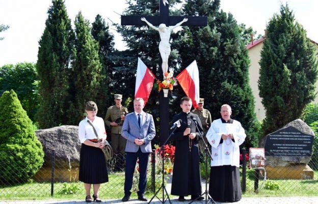 Uroczystości przy krzyżu w Dąbrowicy
