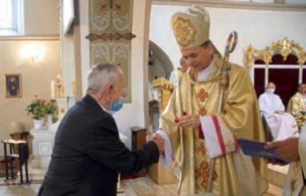 Florian Wojtas odbiera pierścień diecezjalny z rąk bp. bałabucha