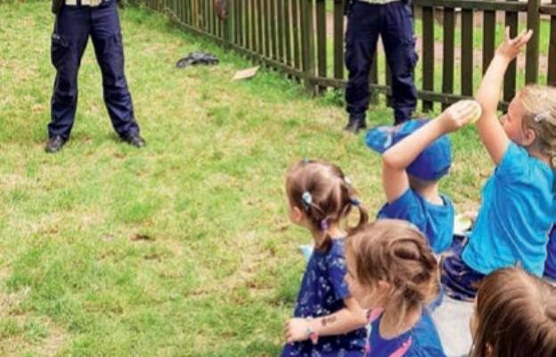 Dzieci chętnie słuchają wskazówek policjantów