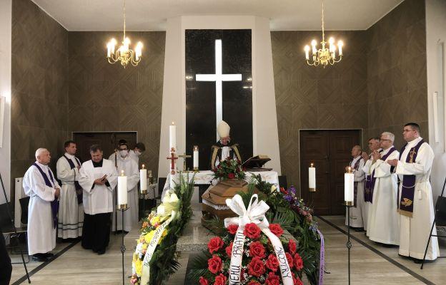 Msza św. pogrzebowa zgromadziła wielu kapłanów.