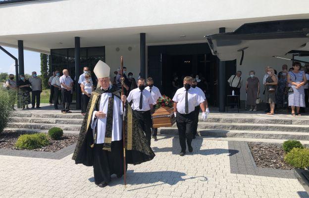 Wyprowadzenie ciała z kaplicy cmentarnej