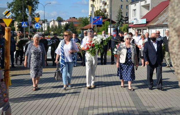 Złożenie kwiatów pod pomnikiem żołnierzy AK