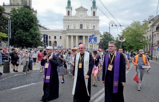 Pielgrzymi wyszli na szlak zpasterskim błogosławieństwem