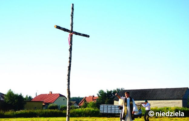Ossów: modlitwa i rekonstrukcja w miejscu śmierci ks. Ignacego Skorupki. Apel o wykupienie gruntu, gdzie 100 lat temu zginął kapłan