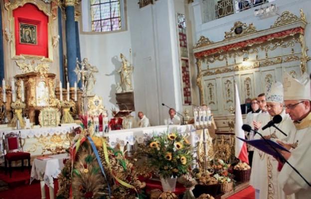 Biskupi pobłogosławili przyniesione przed ołtarz płody ziemi i plony