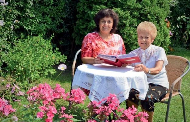 Zofia Klaman ze swoja córką przeglądają rodzinną kronikę