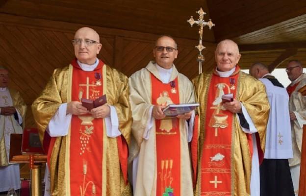 Odznaczeni kapłani (od lewej): ks. Józef Cieśla, ks. Stanisław Węgrzyn i ks. Józef Trela